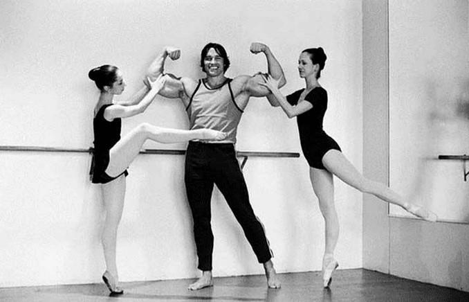 Arnold schwarzeniger next to two dancers
